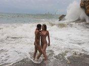 2 salopes bisexuelles, 1 queutard sur une plage, 3 possibilités