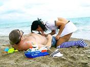 Nympho de plage se fait brasser l'anus