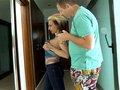 Gina la MILF tatouée aux gros nichons teste sa nouvelle villa