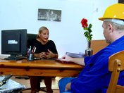 Femme d'affaires mature se fait déboiter la rondelle par un ouvrier