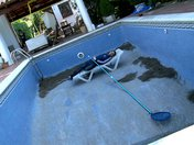 Miss Emo girl se fait le nettoyeur de piscine