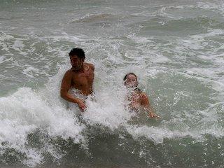 Calia la femme fatale de plage se fait remplir les trous