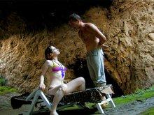 Aurora la rouquine se fait déboiter les trous dans une caverne