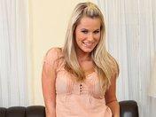 Blonde sensuelle qui strip avec le sourire