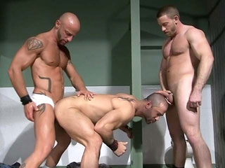 Tres grandes putas en el inodoro