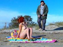 Rouquine de plage enculée par un gros pervers