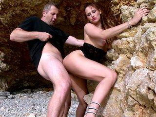 Emy la rouquine se prend une pine sur un rocher