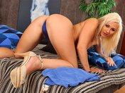 Le strip hyper sensuel d'une blonde atomique