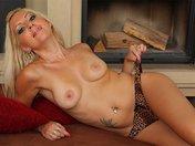 Vanessa strip sur son canape