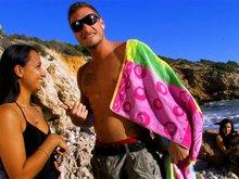 Il culbute une Tahitienne sur une plage devant sa petite amie