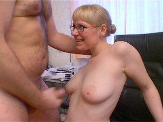 Cherche secrétaire à gros nichons avec la rondelle extensible