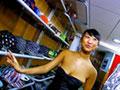 Vendeuse asiate se fait pilonner le cul dans sa boutique