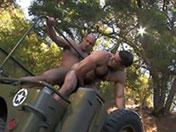 Bidasse musclé enculé sur une jeep