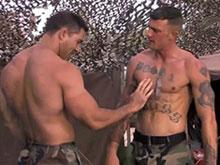 Militaire bodybuildé qui aime la bite