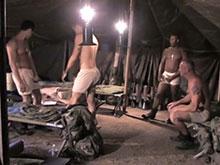 Partouze sur un campement de militaires gays