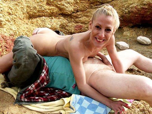Shooting et casting porno d'une MILF blonde en bord de plage - Un shooting sexy d'une blonde mature sur une plage ib�rique se transforme en sc�ne porno pour le plus grand plaisir de Terry le photographe. Apr�s une bonne turlute, notre MILF blondasse se fera troncher le fion sur sa serviette de plage avec une passion d�concertante...