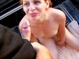 Leane Fontaine se fait ouvrir l'anus sur un pick-up