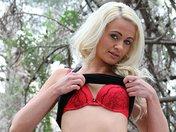 Cindy la blonde atomique s'effeuille dans les bois