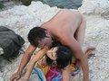 Après avoir escaladé une montagne Jorge notre espion ibérique tombe sur une belle salope qui bronze topless sur un rocher
