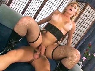 Laura la transsexuelle a une grosse bite