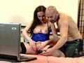 Tina kay la webcameuse se fait le réparateur de son ordi portable