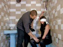 Lorena la nympho en captivit� se fait troncher dans une salle de bain