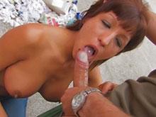 Elle vidange les couilles avec ses gros seins