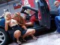 Max le mécano déboite deux blondes dans une Mercedes-Benz