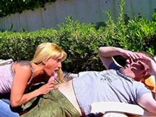 Mature blonde cambre les reins pour une bite