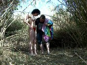 La ragazza araba si scopa nei cespugli