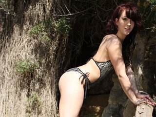 Nora Luxia strip dans la jungle ibérique 5