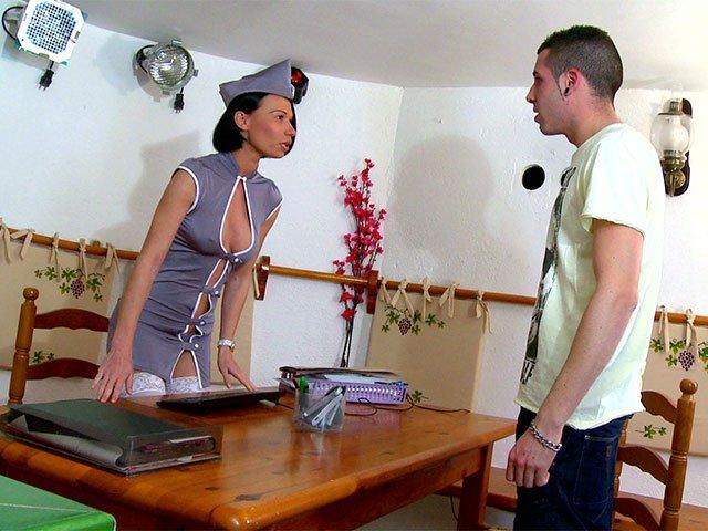 Justine l'hôtesse qui s'envoie en l'air par tous les trous