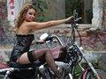 clip Alexia enfourche sa moto
