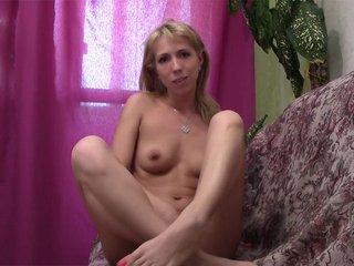 Sexe : Maria strip devant sa webcam