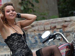 Alexia enfourche sa moto