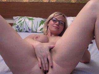 Georgia la blonde webcameuse à lunette