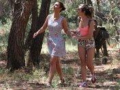 Julia et Valentina se broutent dans une forêt