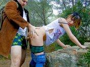 Zoe se fait shooter l'abricot dans une forêt par un gros pervers