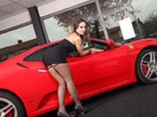 sexe Grosse bombasse se tremousse sur une Ferrari