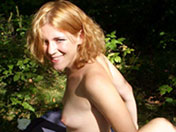 Chienne blonde enculée dans la forêt