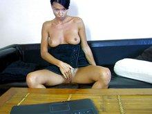 Mademoiselle Justine tourne un porno devant sa webcam