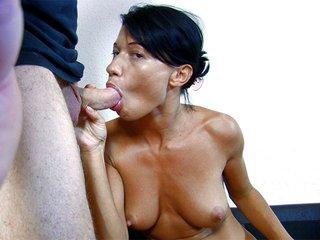 Mademoiselle Justine tourne un porno devant sa webcam 2