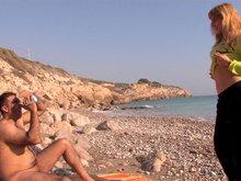 Martina la MILF exhibitionniste qu'on culbute sur une serviette de plage
