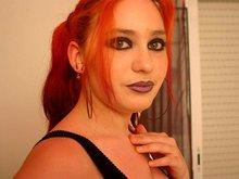 Sabrina la pompeuse aux cheveux rouge, orange et violet