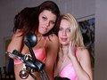 Bianka et Blanka sont sur une moto - Nos deux motardes du jour c'est Blanka la blonde et Bianka la brunette. Elles sont toutes mimi sur leur moto en tenu sexy.