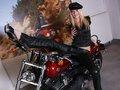Bianka strip en solo devant une moto