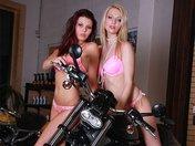 Bianka et Blanka sont sur une moto