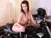 Dita nous d�voile sa moto et sa carrosserie
