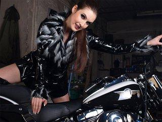 Sonia se d�hanche sur sa moto