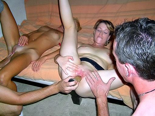 Deux couples partouzent sur un canapé